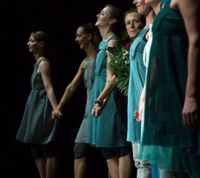 Die Compagnie mit der Choreografin Ute Malmes in ihrer Mitte